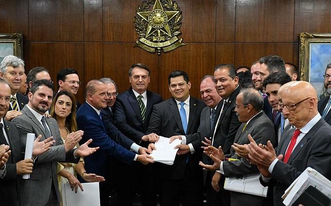 Bolsonaro entrega ao Senado pacote de propostas de reforma econômica