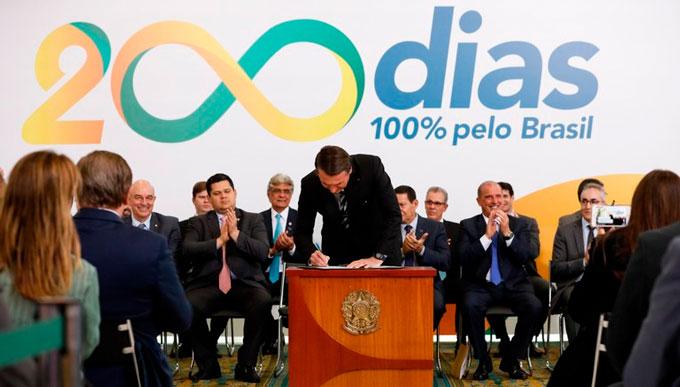 """Bolsonaro faz """"revogaço"""" de mais de 300 decretos e publica outros oito"""