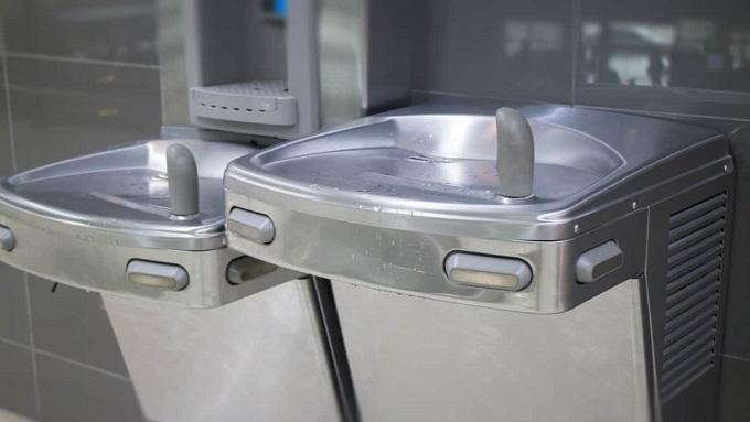 Empresa é condenada por disponibilizar bebedouros dentro dos banheiros