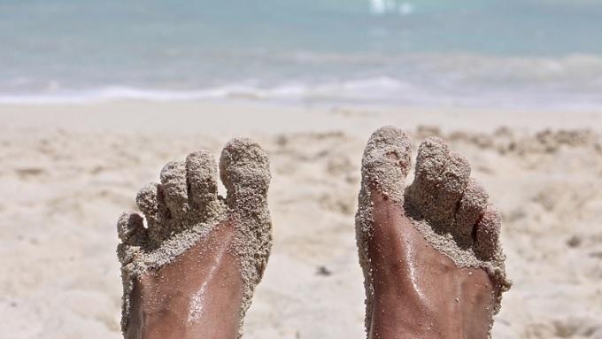 Trabalhador que postou foto na praia após entregar atestado é condenado por má-fé